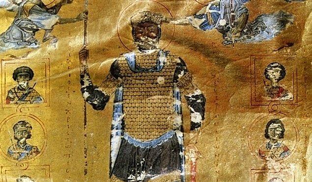 6. Saltanatı en uzun süren Bizans hükümdarı II. Basil Bulgaroktonos idi (976-1025). İmparator hakkında en bilinen hikâyede, Bulgarları yenerek Yunanistan'ı onlardan geri almış ve yalnızca her yüzüncü erkeğin bir gözünü bağışlayıp diğer bütün esirleri kör etmiştir.