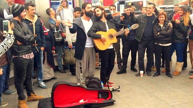 Koray Avcı üne kavuşmadan önce de Ankara'da bazı mekânlarda sahne alıyor ve sokaklarda şarkılar söylüyordu.
