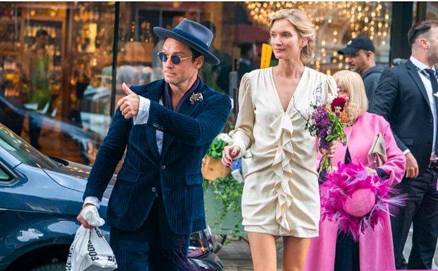 1. Büzgülü krem rengi elbisesiyle Phillipa Coan ve mavi kadife damatlığıyla Jude Law (2019):
