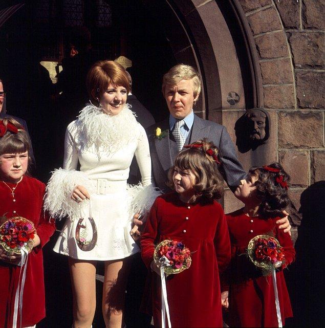 Ünlü şarkıcı, iki törenden oluşan düğünün birinci partisinde ise kırmızı bir mini elbise giydi.