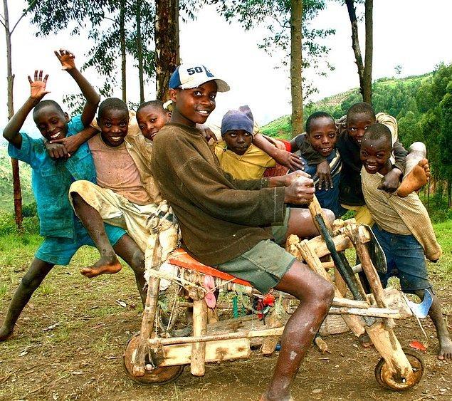 2. Ruanda'daki bir grup çocuk birleşti ve kendilerine paha biçilemez bir bisiklet yapmışlar.