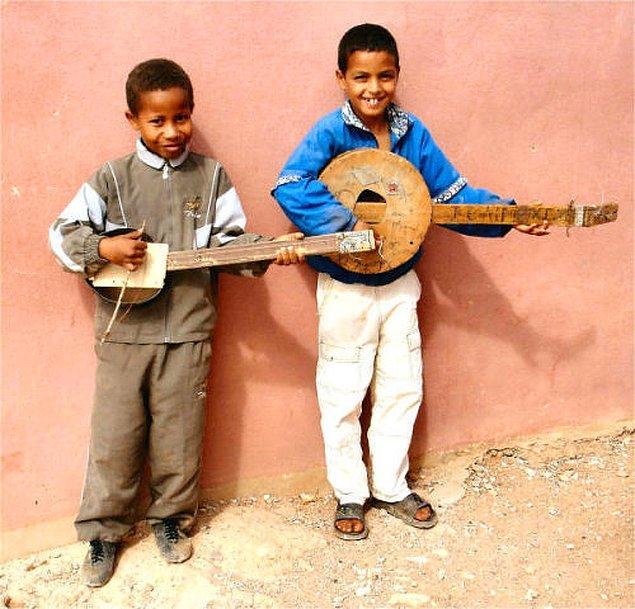 4. Afrika'da eğlenmek için gerçek müzik aletlerine ihtiyaçları olmadığını anlayan iki çocuk: