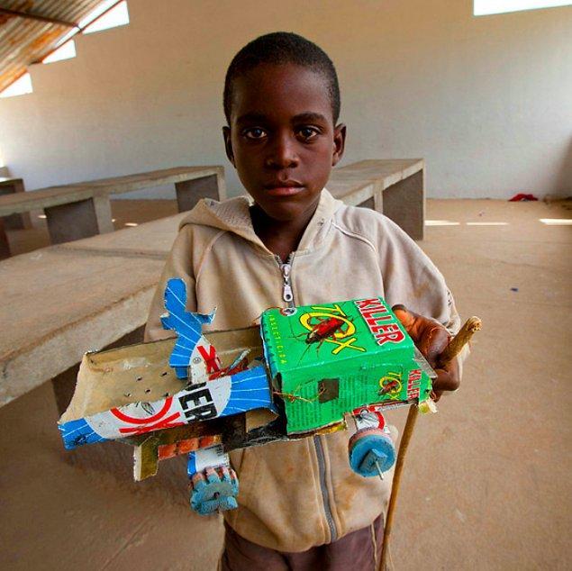 6. Angola'daki bu küçük şoför elindeki kamyon için sokaktan ne bulursa kullanmış...