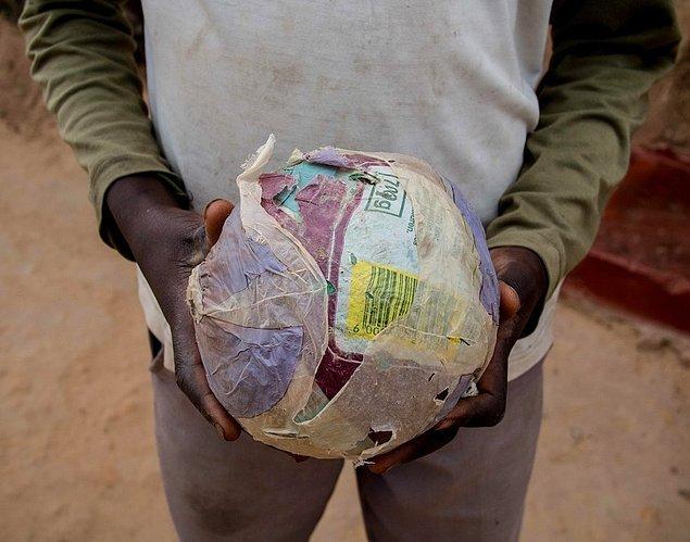 8. Zimbabwe'deki çocukların ortak eğlence kaynakları: Kağıttan yaptıkları toplar
