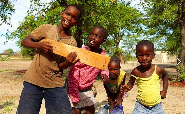 13. Afrika, Botsvana'da yaşan bu çocukların en büyük eğlenceleri, el yapımı gitarları...