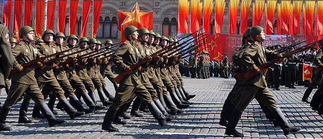 1945 - Zafer Günü, II. Dünya Savaşı'nın sonunda Nazi Almanyası'nın kayıtsız şartsız teslimiyetini imzaladığı, Sovyetler Birliği tarafından ilan edilen ve kutlanan gün.