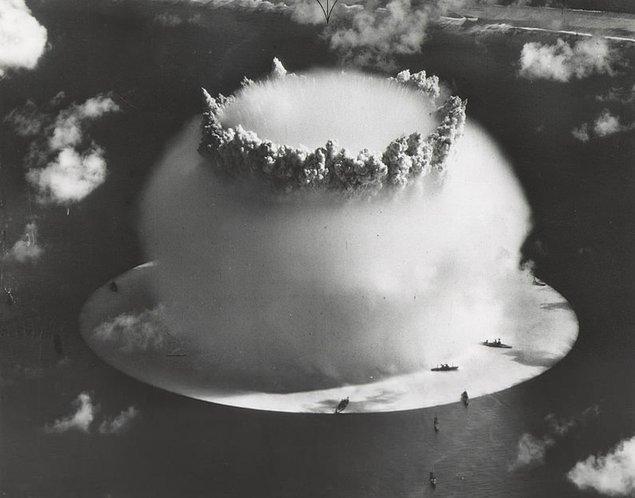 1951 - Yıkıcı gücü, Hiroşima ve Nagazaki'ye atılan bombaların 100 katı büyüklüğünde olan ilk hidrojen bombası denemesi, Büyük Okyanus'taki Eniwetok Atolü'nde yapıldı.