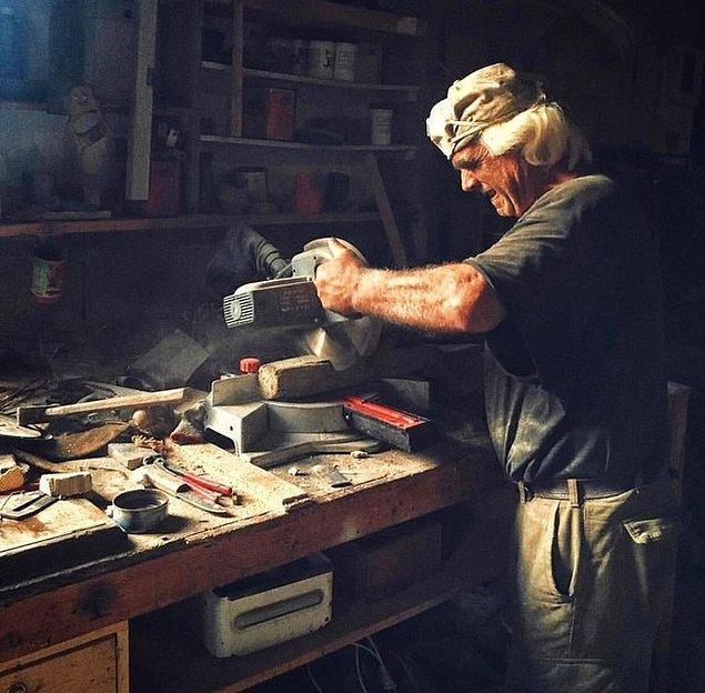15. Modern aletleri olmasaydı, bu adamın gerçek bir Orta Çağ marangozu olduğunu söyleyebilirdik.