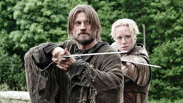 """Lannistergillerden Jaime ile başlayan hırpani ilişkisinin zamanla karşılıklı bir çekime dönüştüğünü görüp """"Ay n'olacak bunların durumu?"""" diye düşüne düşüne kaç bölüm geçti hatırlamıyoruz."""