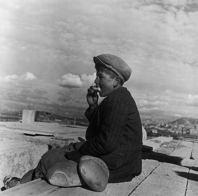 7. Ekmek yiyen bir çocuk, Ankara, 1946.