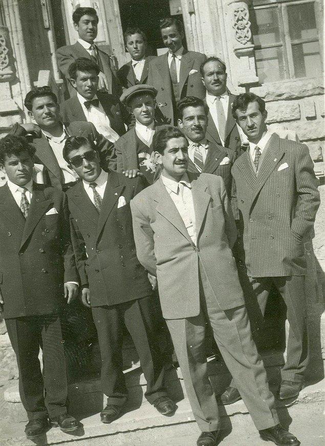 8. Kütüphane önünde poz veren bir grup, Aksaray, 1960.