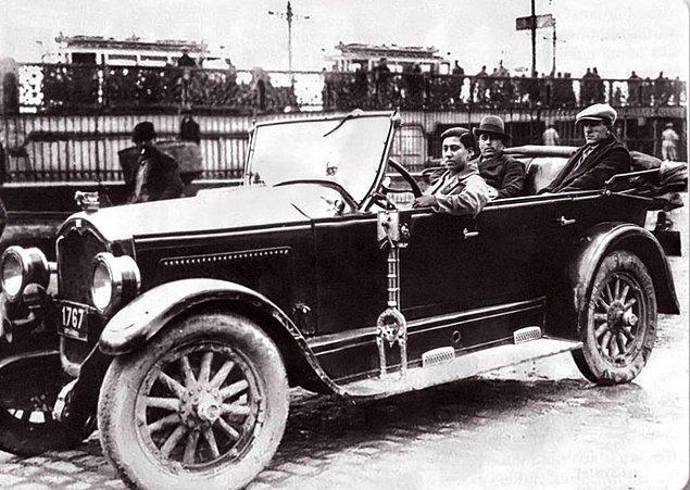 19. Türkiye'nin ilk kadın taksi şoförü Muammer Hanım, İstanbul, 1930.