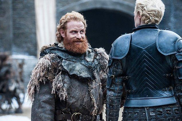 Ki bir de Brienne'e platonik olarak aşık olan Tormund var. Adam Brienne'i gördüğü anda içi eriyor, bakışları değişiyor ve küçük bir kedi yavrusuna dönüşüyor.