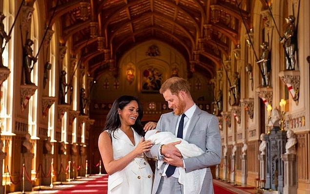 Windsor Kalesi'nde gerçekleştirilen canlı yayınla tüm dünyaya gösterdiler bebeklerini...