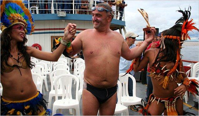 1. Martin Strel isimli bir adam bütün Amazon Nehri'ni 66 günde yüzerek geçip, rekor kırmıştır.
