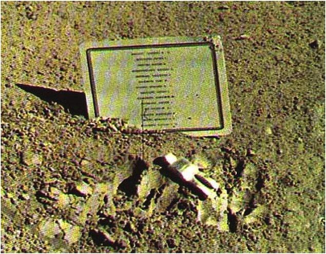 """2. Ay'da Belçikalı sanatçı Paul Van Hoeydonck'un imzasını taşıyan """"Düşmüş Astronot"""" isimli küçük bir heykel bulunmaktadır. 1971 yılında Apollo 15 ekibi tarafından yerleştirilen bu heykel, Ay'daki tek heykel olmasına rağmen yeterince bilinmez."""