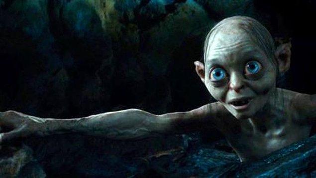 """11. """"Hobbit""""in iki versiyonu yayınlanmıştır. İlk versiyonda Gollum bir tekerleme oyununda yüzüğün üstüne bile isteye bahis oynar."""