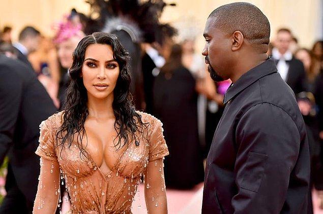 Galanın sonunda ise kendisine aşkla bakan eşi Kanye West ile poz verdi.