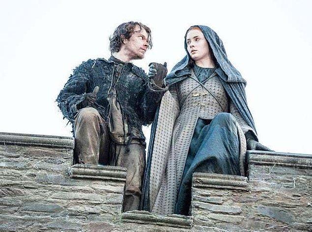6. Sansa'nın Winterfell'den kaçabilmesi için kendini riske attı.