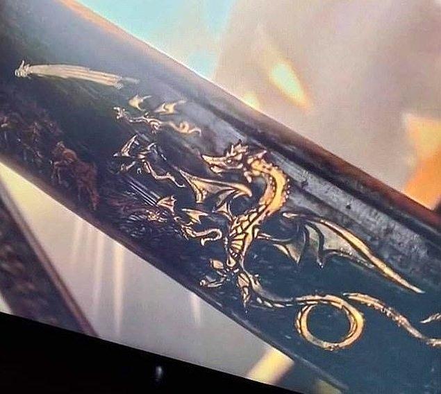 Usturlap üzerindeki resim Drogon ve bebeklerini temsil ediyor olabilir mi?