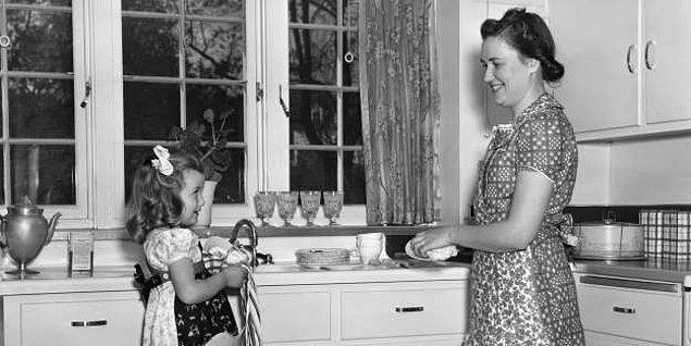 Takvim 1920'yi gösterdiğinde, Jarvis bu gün ile ilişkilendirilen ticari hırsları fark etti ve insanları artık çiçek satın almamaya ikna etmeye çalıştı.