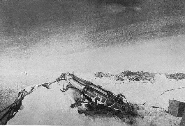Tam 65 saat boyunca kaos içerisinde uçtular ve hedeflerine ulaşamadan bir buz kütlesine çarptılar.