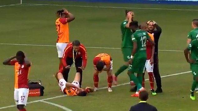 Emre Akbaba'nın 68. dakikada sakatlanmasının ardından Galatasaraylı ve Çaykur Rizesporlu futbolcular gözyaşlarını tutamadı.
