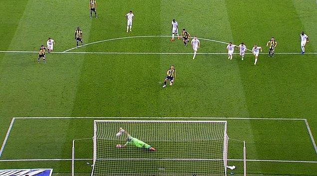 42'nci dakikada penaltıda topun başına geçen Soldado'nun şutunda, kaleci Fatih Öztürk topu kornere tokatladı.