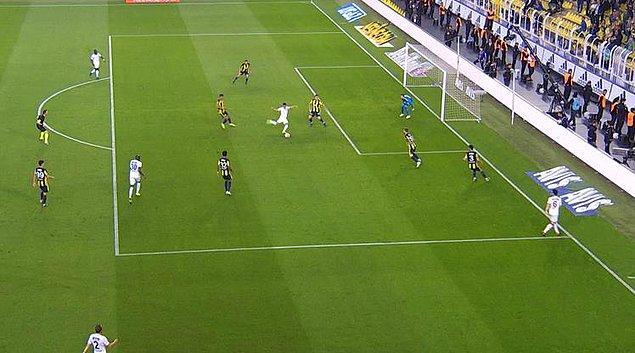 45+3. dakikada Akhisarspor, Helder Barbosa'nın golüyle farkı bire indirdi. İlk yarı bu sonuçla tamamlandı.