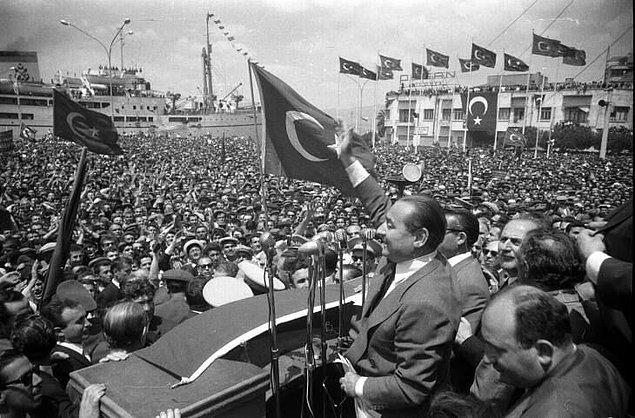 1950 - 27 yıllık Cumhuriyet Halk Partisi iktidarı son buldu. Demokrat Parti, yüzde 53 oyla tek başına iktidara geldi. Türkiye'de tek parti dönemi sona erdi.