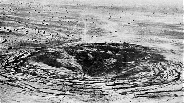1974 - Hindistan, Racastan eyaletinin Pokhran şehrinde bulunan Tar Çölü'nde ilk nükleer silah denemesini başarıyla gerçekleştirdi.