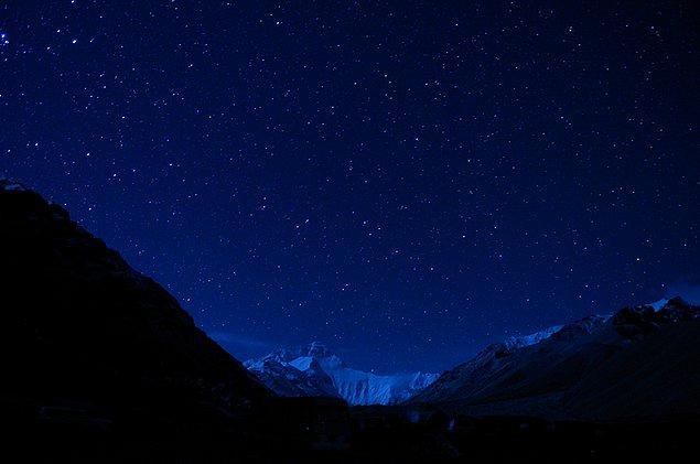 2. Everest Dağı'nda gökyüzü neredeyse siyahtır.