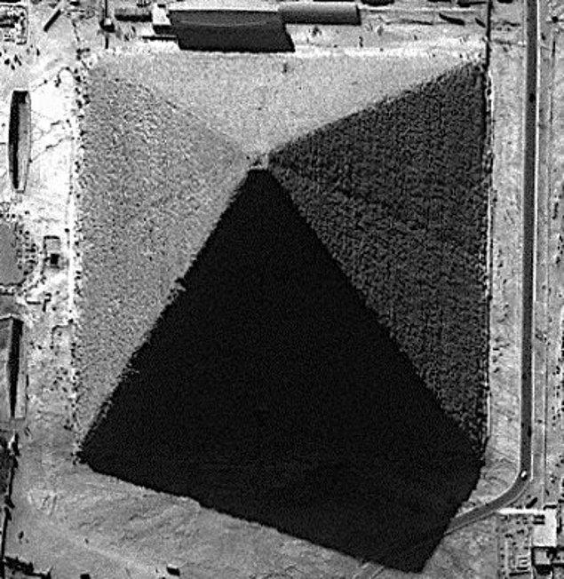 16. Giza Piramidi, diğer piramitlerin aksine dört değil, sekiz kenarlıdır.