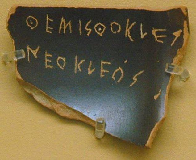 Bu uygulama M.Ö. 4. yüzyıla kadar devam etmiş. Daha sonra Atina'da 'graphe paranomon' yani yasalara uygun hareketlerde bulunan kişilere karşı uygulanan yasal işlem sürecine geçilmiş.