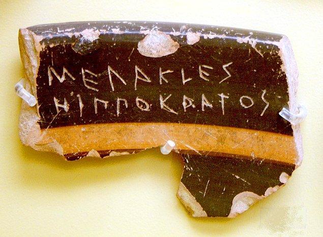 Buna benzer bir başka örnek ise Atina Akropolü yakınlarında bir kuyuda, üzerinde aynı el yazısıyla Themistocles'in adının olduğu 190 ostrakon'un bulunmuş olması...