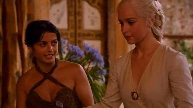 2. sezona gidelim şimdi de. Hizmetçisi Doreah ile çok iyi anlaşan hatta onunla yakınlaşan Dany, Doreah'ın köle taciri Xaro Xan Daxos ile görüştüğünü duyunca olanlar olmuştu.