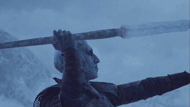 Tüm bu yakıp yıkmalar hiç bitmedi. Kraliçenin bir ejderhasını Night King öldürdü.