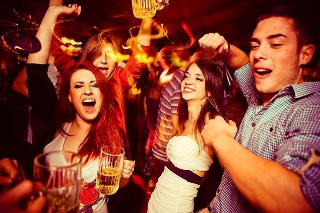 3. Eğer bir partideyseniz ve elinizde içki varsa, onu yukarıda ve göğsünüze yakın tutmayın. Bunun yerine daha aşağıda tutun.