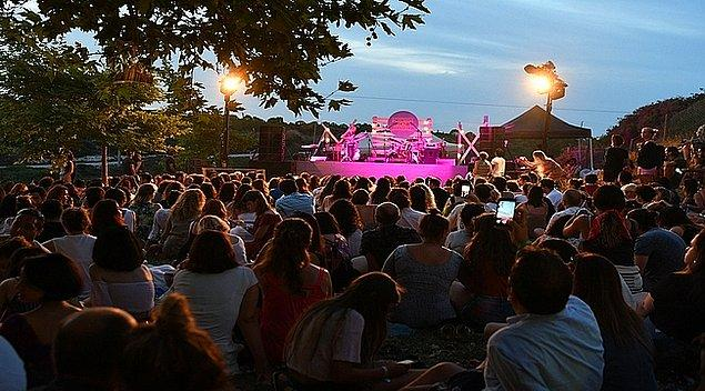 12. Doğa ile müziğin birleştiği Bozcaada Caz Festivali bu yıl 19-20-21 Temmuz tarihlerinde üçüncü kez gerçekleşecek. Hem de Birsen Tezer, Erkan Oğur gibi isimlerle...