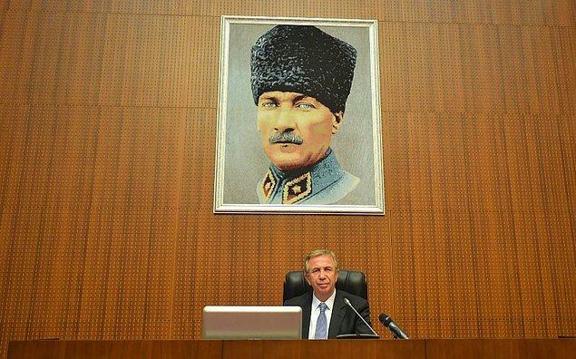 9. Belediye meclisinin salonu canlı yayınlar içn yenilenirken, Mansur Yavaş'ın talimatıyla salona Ulu Önder Mustafa Kemal Atatürk'ün portresi konuldu.