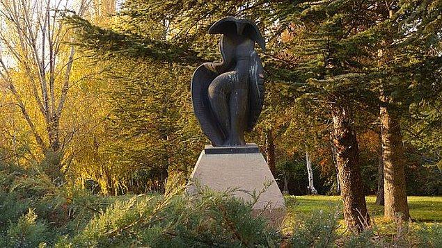 10. 3 yıl önce kaybolan Seğmenler Parkı'ndaki İlhan Koman'a ait heykel yeniden yapılarak parka yerleştirildi.