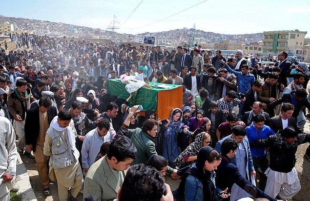 Kadına yönelik şiddet konusunda bir uyanış sağlasa da halen yaşaması için en zor ülkelerden biri olan Afganistan'da Ferhunde'nin cenazesini o cesur kadınlar taşıdı!