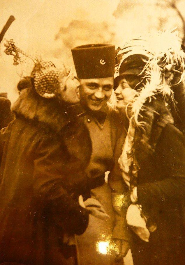 16. Türk askerine sarılan eşi ve kız kardeşi, Ankara, 1935.