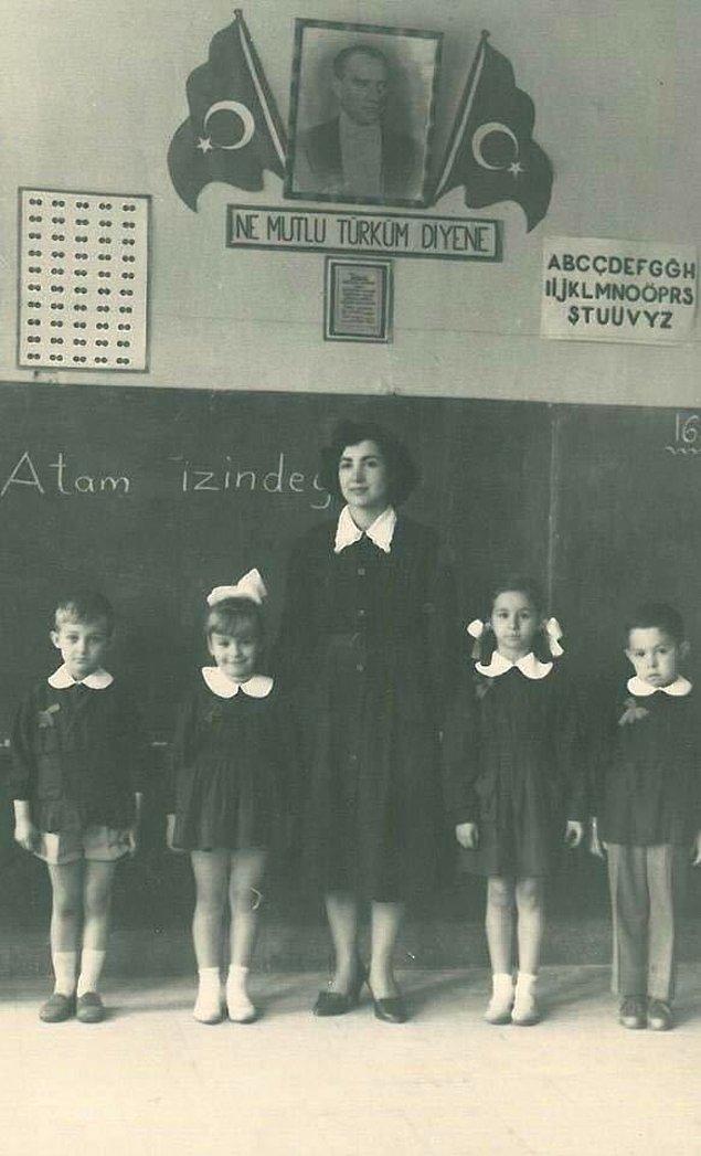 18. Öğrenciler öğretmenleri ile poz verirken, Konya, 1940.