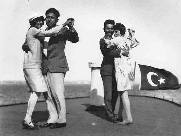 19. Vapur üzerinde dans eden çiftler, İstanbul, 1930.
