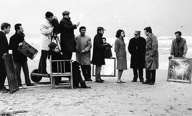 """25. Müşfik Kenter ile Sema Özcan """"Sevmek Zamanı"""" filmi setinde Metin Erksan ve set ekibiyle birlikte, Büyükada, 1965."""
