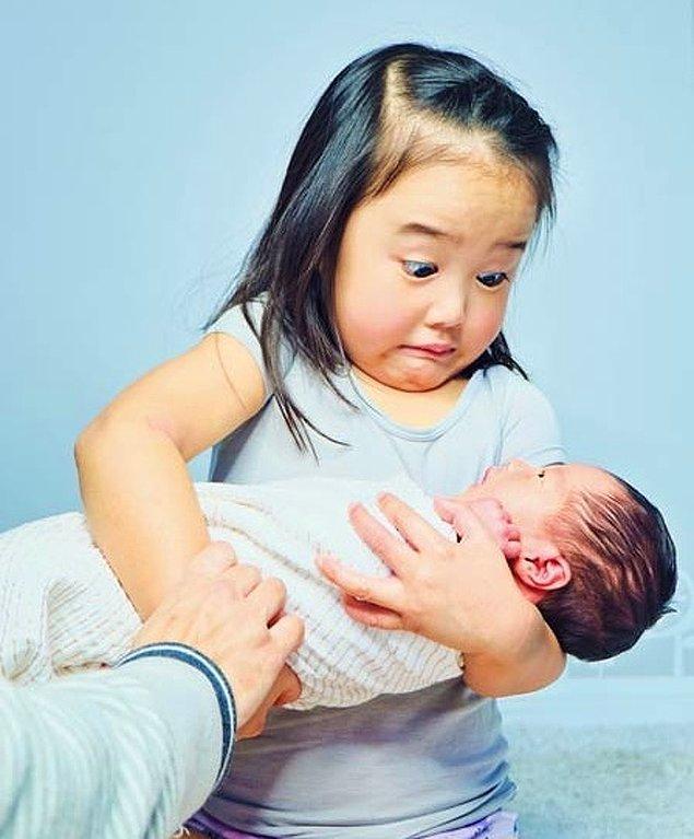 """""""Yeni doğan kız kardeşini ilk defa tutan kızımın tepkisi."""""""