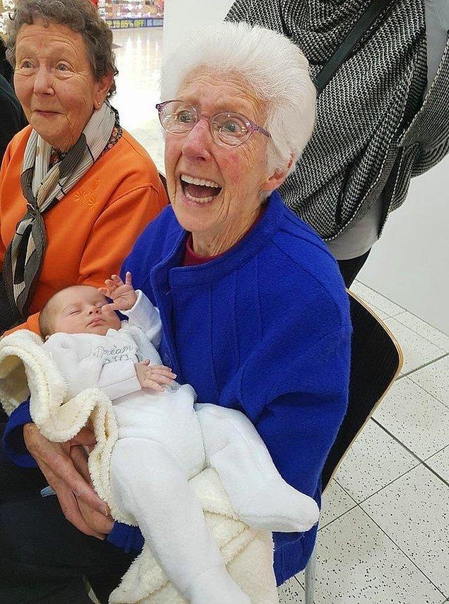 """""""Büyükannem torununun kızıyla ilk defa sürpriz bir ziyaretle tanıştı!"""""""
