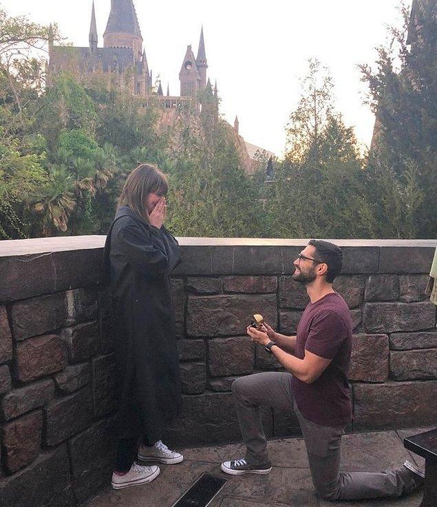 8 yıllık erkek arkadaşından, en sevdiği yerde evlilik teklifi;