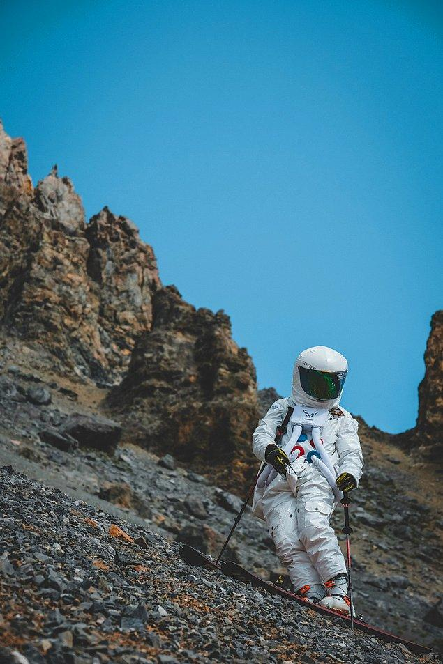 Fabien Maierhofer'ın çektiği bu harika fotoğrafta kayalıklı dağdan kayarak inen bir astronot görüyoruz.